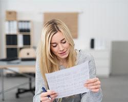 Eine Arbeitnehmerin prüft ihre Gehaltsabrechnung.