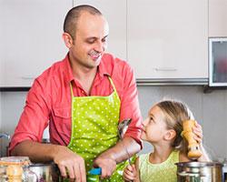 Vater kocht gemeinsam mit seiner Tochter.